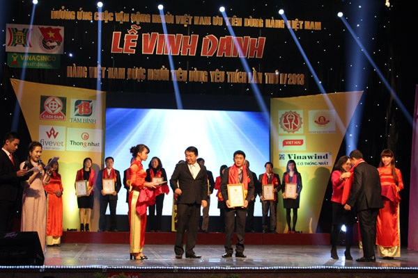 """Ông Nguyễn Văn Dân – Giám đốc thương hiệu vinh dự nhận giải thưởng """"Hàng Việt"""