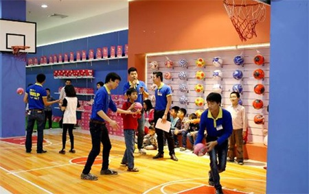 Khu ném bóng rổ thu hút được rất nhiều bé trai tham gia