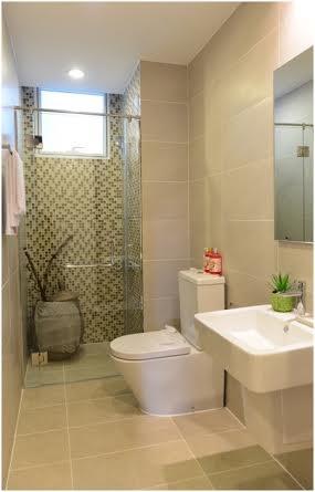 Mảng gạch men ốp tường khác màu so với phòng tắm tạo cảm giác thư thái khi tắm