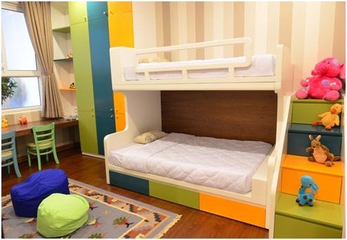 Căn phòng trẻ em xinh xắn dành tặng thành viên trong tương lai vui mắt với nhiều màu sắc vui nhộn.