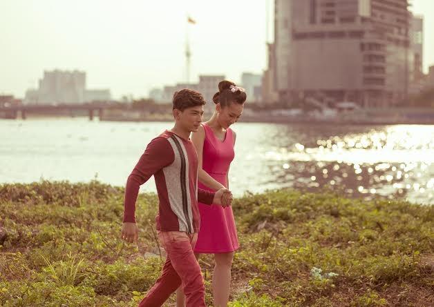 Khánh Ngọc duyên dáng với váy hồng
