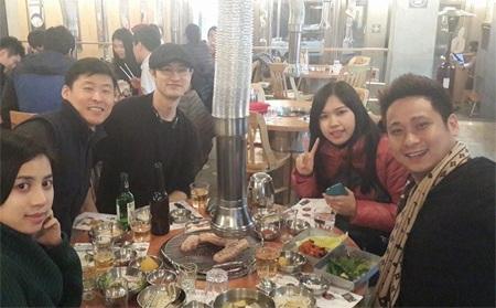 Minh Tiệp - Thùy Dương cùng thưởng thức những món ăn nổi tiếng của Hàn Quốc bên những người bạn