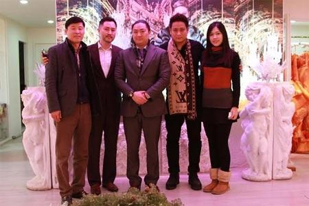 Minh Tiệp chụp hình cùng con trai NTK Andre Kim (người đứng giữa)