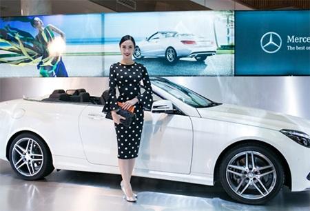 Hoa hậu áo dài Ngọc Anh tạo dáng bên E 400 Cabriolet