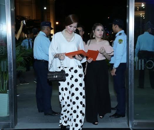 Hoa hậu Bùi Thị Hà tươi cười rạng rỡ bước xuống từ chiếc xế hộp BMW