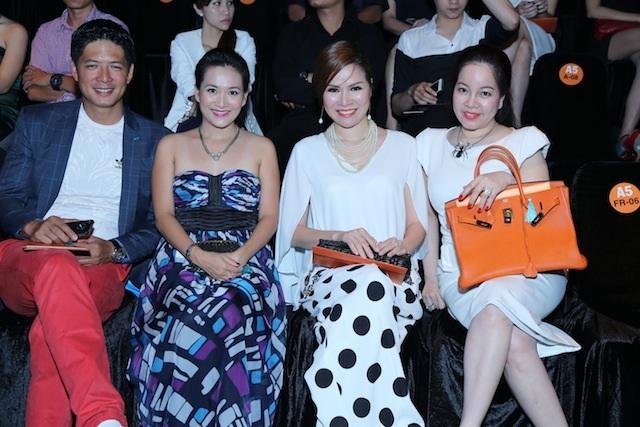 Hoa hậu được ưu ái ngồi hàng ghế danh dự, bên cạnh cặp vợ chồng diễn viên - MC Bình Minh