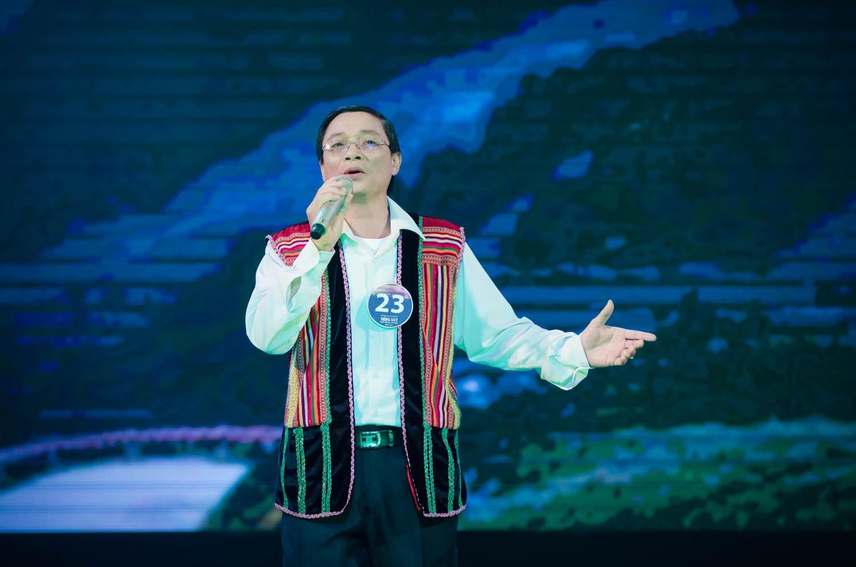 Diễn viên Mai Thu Huyền bên các thí sinh xuất sắc nhất