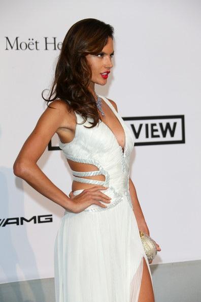 Siêu mẫu Brazil Alessandra Ambrosio trẻ trung với váy trắng