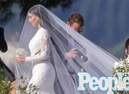 Cận cảnh váy cưới xa hoa của Kim