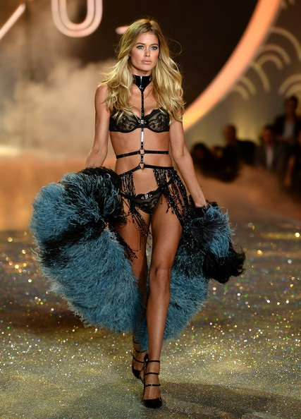 Doutzen Kroes gợi cảm trình diễn trong Victoria's Secret Fashion Show 2013