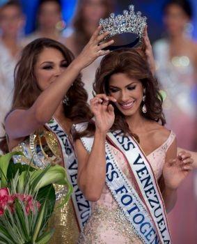 Mariana Jimenez rơi lệ khi được trao vương miện Hoa hậu Hoàn vũ Venezuela