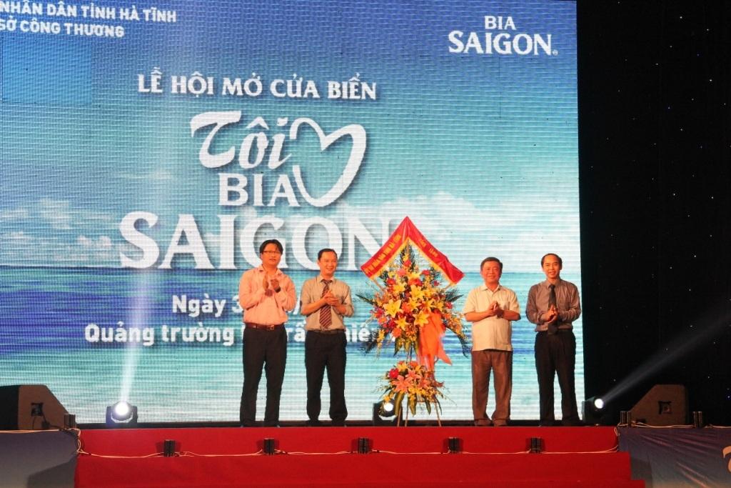 Lãnh đạo tỉnh Hà Tĩnh tham dự và tặng hoa chúc mừng cho chương trình
