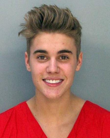 Justin cười tươi trong lúc bị bắt. Hình ảnh của Justin Bieber ngày càng xấu đi trong mắt fans
