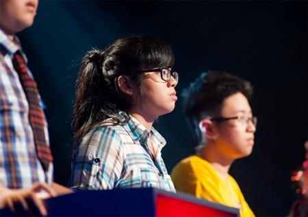 Vũ Lê Kim Ngân (đứng giữa)