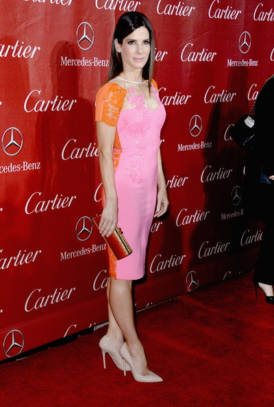Chiếc váy hồng - cam tôn lên nét quyến rũ của nữ diễn viên phim Lời cầu hôn