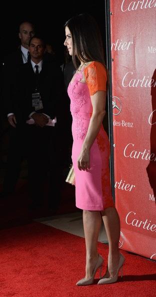 Nhìn từ xa, Sandra Bullock trẻ trung như gái đôi mươi