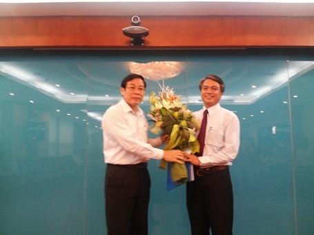 Bộ trưởng Bộ TT&TT Nguyễn Bắc Son trao quyết định bổ nhiệm cho ông Trần Mạnh Hùng (Ảnh: MC).