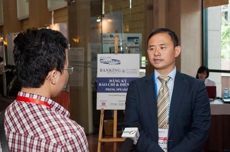 Ông Trần Nhất Minh trả lời phỏng vấn bên lề Hội thảo.