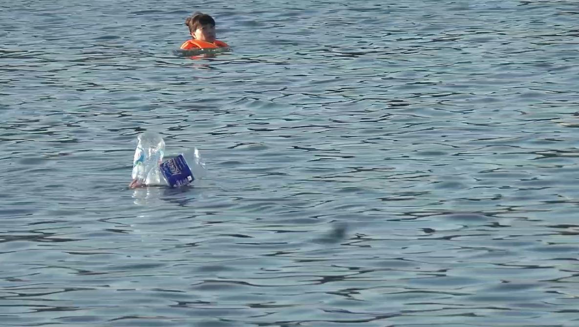 Hoặc hai chiếc can nhựa như thế này để bơi ra giữa hồ.