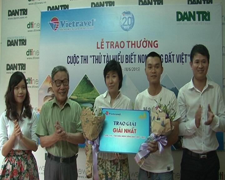 Nhà báo Nguyễn Lương Phán, Phó TBT báo điện tử Dân trí trao giải Nhất tuần cho 2 bạn đọc may mắn