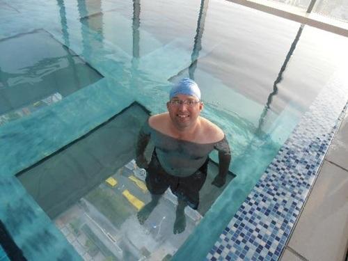 Bể bơi có đáy làm bằng kính trong suốt tạo cảm giác sâu hun hút