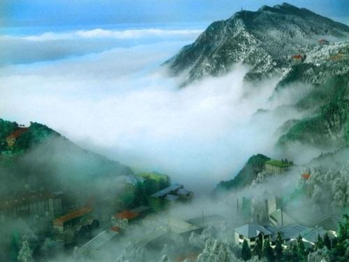 Sương mù bao phủ quanh năm khiến cảnh tượng mờ ảo như chốn bồng lai