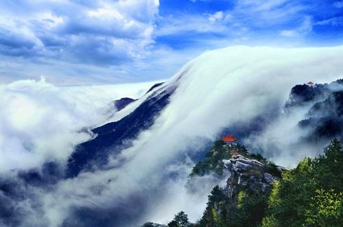 Mây vờn trên núi