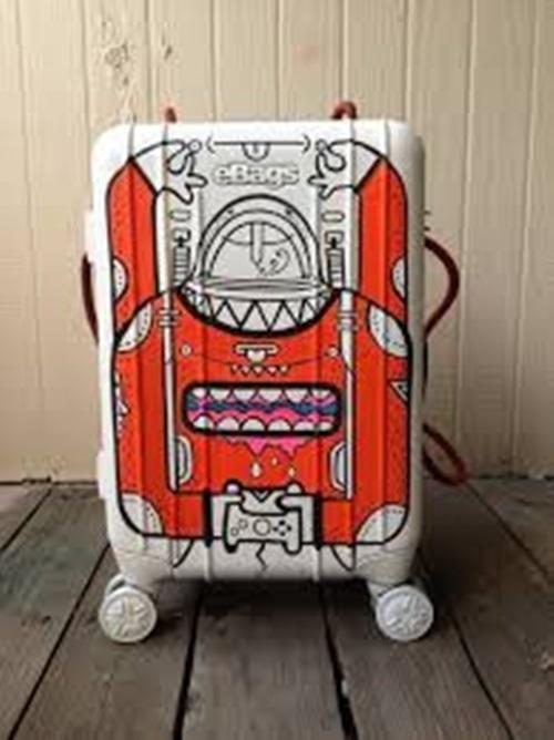 Thiết kế vali bạn thật bắt mắt và sáng tạo giúp bạn nhanh chóng tìm được đồ khi máy bay hạ cánh.