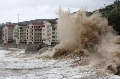 Với sức gió lên tới 157km/giờ, siêu bão gây ra những cột sóng khổng lổ.