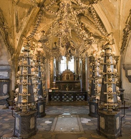 Mọi ngóc ngách trong nhà nguyện đều trang trí từ xương người thật.