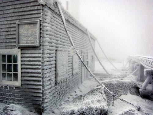 Đài quan sát ở Mount Washington được nối với mặt đất bằng những sợi xích, tránh bị gió thổi bay
