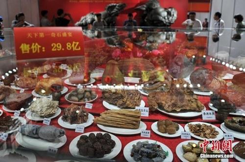 Bàn đại tiệc bằng đá gồm hơn 600 món ăn.