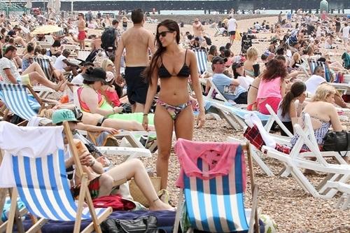 Các bãi biển ở Anh trong những ngày này luôn trong tình trạng quá tải.
