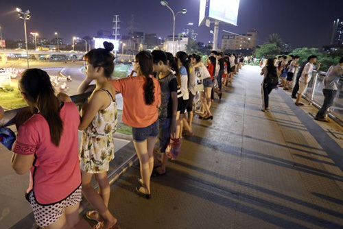 Người dân Hà Nội dạo chơi buổi tối hóng gió đêm sau một ngày nóng như rang.