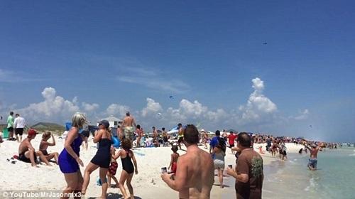 Luồng gió mạnh từ phi cơ thổi tung những vật nhẹ trên bờ biển.