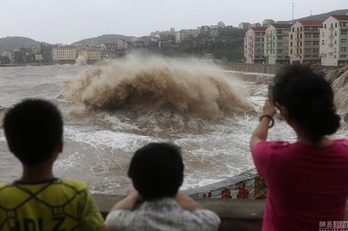 Dù nguy hiểm nhưng người dân địa phương và du khách vẫn tranh thủ tới chụp hinh, đón bão.