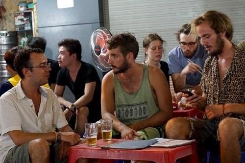 Khách nước ngoài thưởng thức bia ở phố Tây Bùi Viện