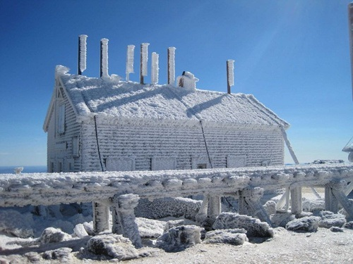 Các công trình khác trên đỉnh núi đều được xây dựng kiên cố để chống chọi thời tiết khắc nghiệt