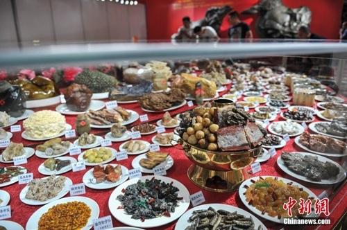 Rất nhiều món ăn công phu được chế tác từ nhiều loại đá khác nhau với màu sắc y như thật.