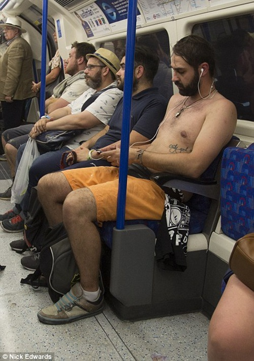 Nhiệt độ cao khiến nhiều người mệt mỏi khi di chuyển bằng các phương tiện công cộng.