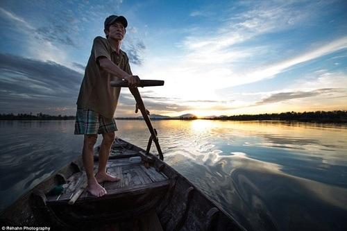 Khoảnh khắc bình yên của người chèo thuyền trên một dòng sông ở Hội An.