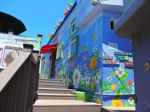 Mỗi con đường, lối đi trong làng đều là những tác phẩm nghệ thuật.