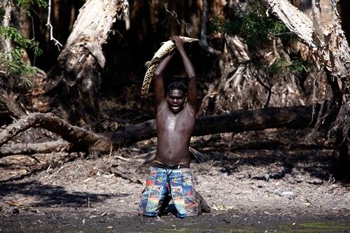 Trong khi đó, Marcus Gaykamangu, một thợ săn khác đã tóm gọn con cá sấu cỡ nhỏ.