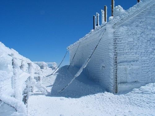 Tuyết và băng giá gần như phủ trắng xóa quanh năm