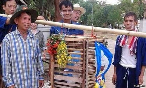 Trước đó, ở một ngôi làng khác tại Thái Lan, người dân dùng hình nộm mèo Doraemon để cầu mưa.