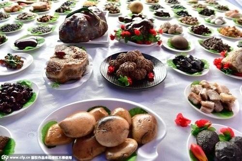 Trước đó cũng xuất hiện một bàn tiệc với 108 món ăn từ đá được trưng bày tại tỉnh Triết Giang.