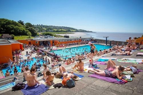 Người dân châu Âu tập trung đông tại các hồ bơi công cộng
