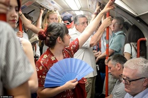 Hình ảnh ngột ngạt trong một khoang tàu điện ngầm tại Anh.