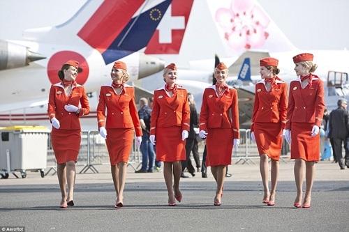 Mẫu trang phục hàng không nào lịch lãm và quyến rũ nhất thế giới?