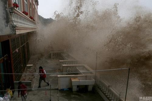 Cột nước khổng lồ tấn công nhà dân.